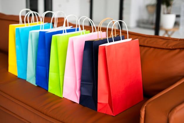 Hoge weergave van kleurrijke papieren zakken op bank