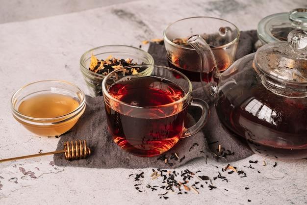 Hoge weergave van verschillende containers voor thee