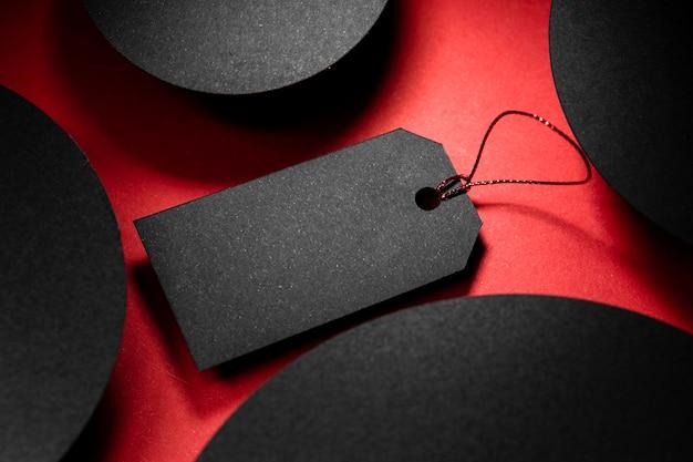 Hoge weergave zwart prijskaartje en abstracte zwarte vormen