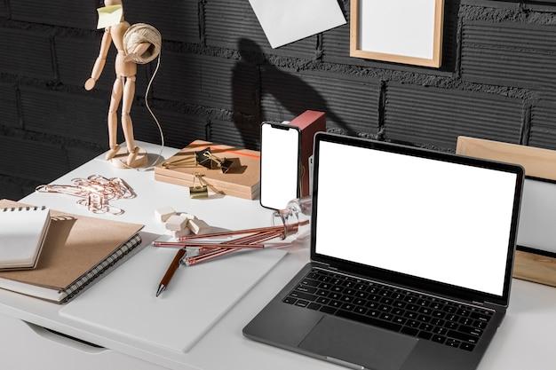 Hoge werkhoek met bureau en laptop