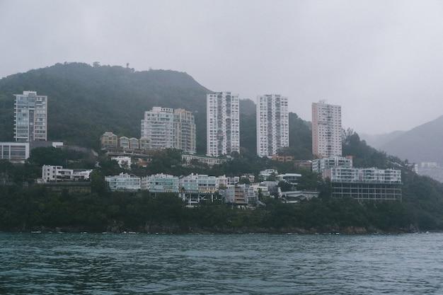 Hoge wolkenkrabbers dicht aan de kust van de oceaan