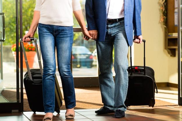 Hoger echtpaar dat bij hotel aankomt