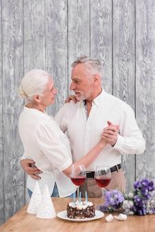Hoger gelukkig paar dat in verjaardagspartij danst