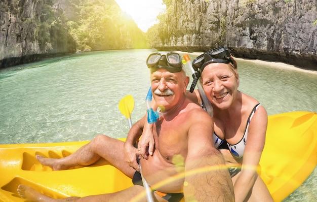Hoger gelukkig paar die selfie op kajak bij grote lagune in gr nido palawan filippijnen nemen