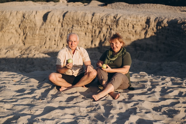 Hoger ouder kaukasisch paar samen in strand in de zomer
