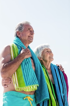 Hoger paar dat een handdoek om hals houdt