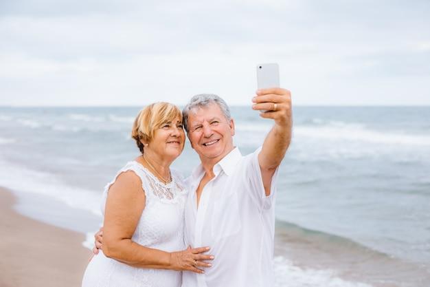 Hoger paar dat een selfie maakt
