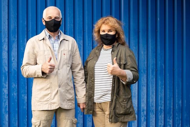 Hoger paar dat masker voor bescherming draagt