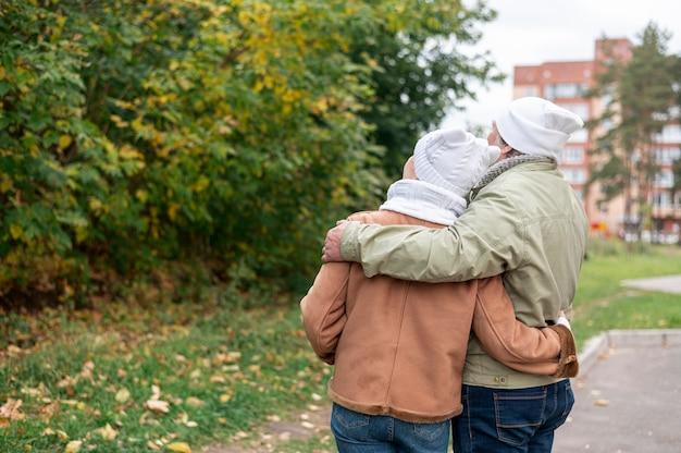 Hoger paar dat op de herfst samen loopt