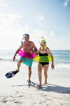 Hoger paar dat op strand geniet van