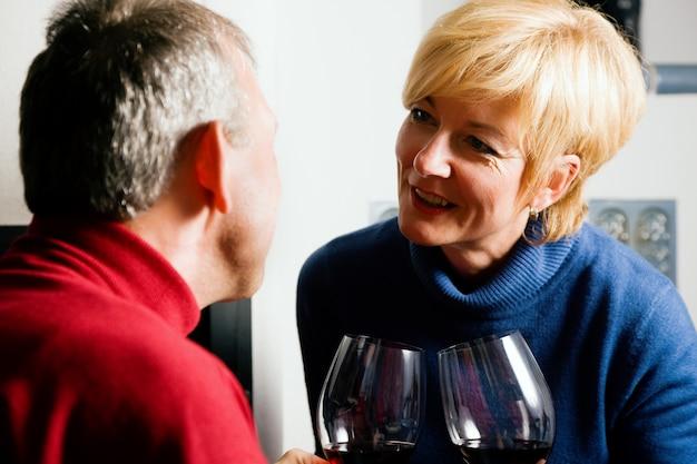Hoger paar dat rode wijn drinkt
