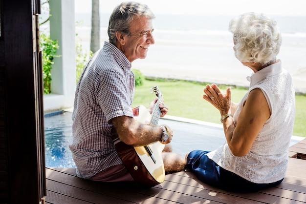 Hoger paar dat van hun vakantie geniet