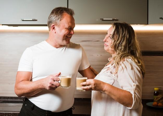 Hoger paar dat van koffie samen geniet