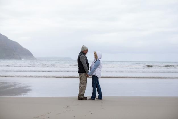 Hoger paar dat zich met holdingshanden bevindt en elkaar bekijkt