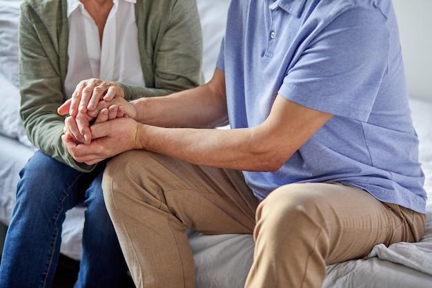 Hoger paar, grootouders eeuwige liefde, man en vrouw die elkaars handen, steun en liefde, relatiesconcept houden