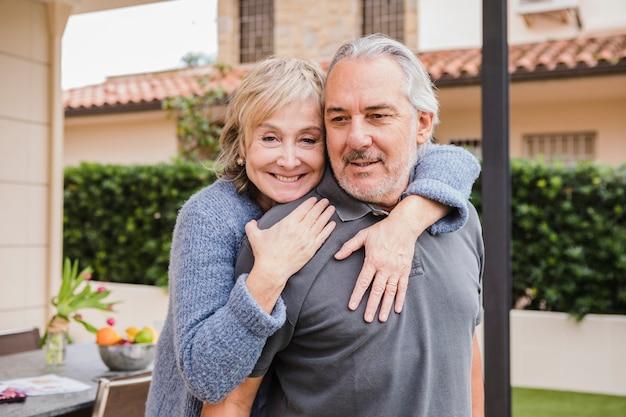 Hoger paar in liefde in tuin