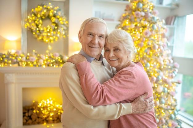 Hoger paar thuis op kerstmis