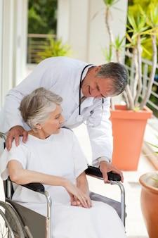 Hogere arts die met zijn patiënt spreekt