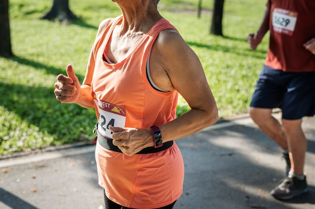 Hogere atleet die in het park loopt