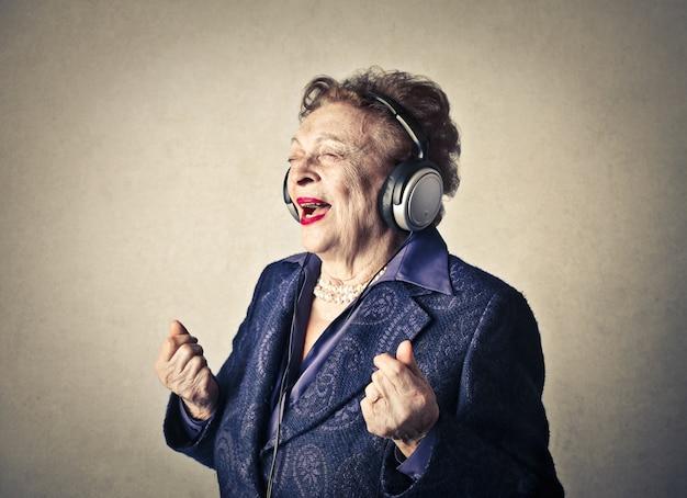 Hogere dame die aan muziek luistert