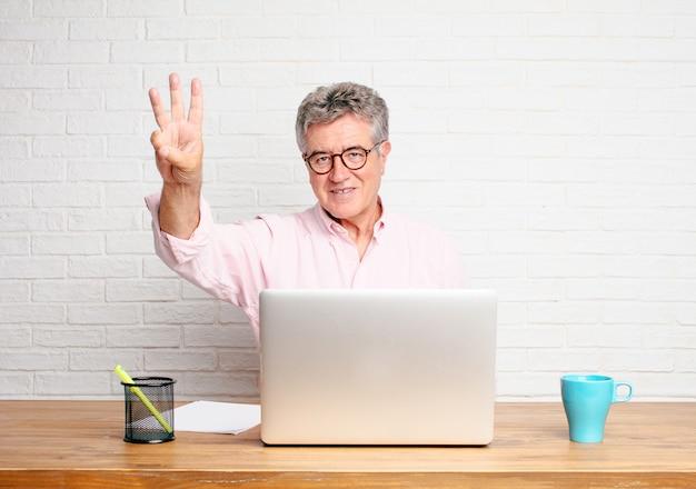 Hogere en zakenman die tevreden en gelukkig, tevreden kijkend nummer drie met vingers glimlachen kijken.