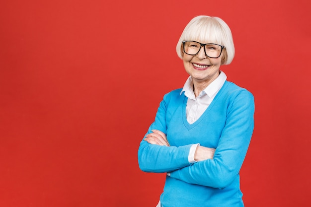 Hogere gelukkig oude onderneemster die glazen draagt. mooie oude en vrouw die kijkt glimlacht.