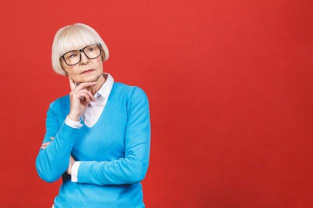 Hogere gelukkig oude onderneemster die glazen draagt. mooie oude vrouw denken.
