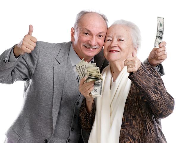 Hogere man en oude vrouw met geld die ja geïsoleerd teken tonen