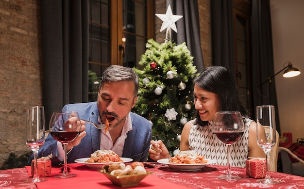 Hogere man en vrouw die diner eten