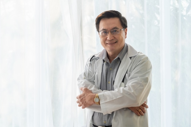 Hogere mannelijke arts die in het ziekenhuis werkt.