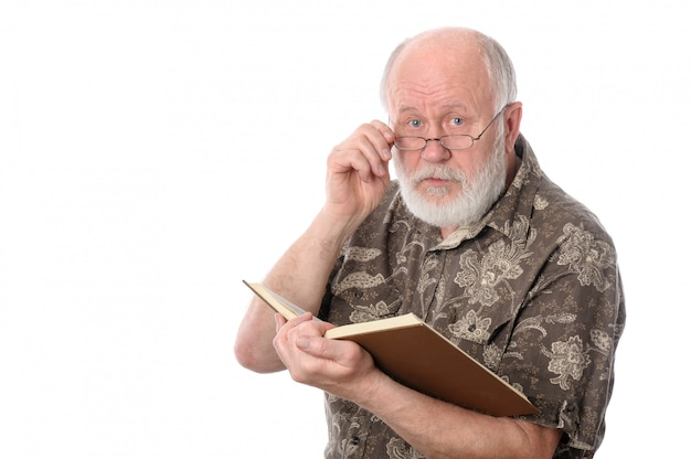Hogere mens die een boek leest, dat op wit wordt geïsoleerd