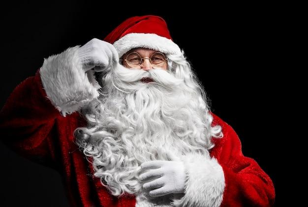 Hogere mens in het kostuum van de kerstman bij studioschot