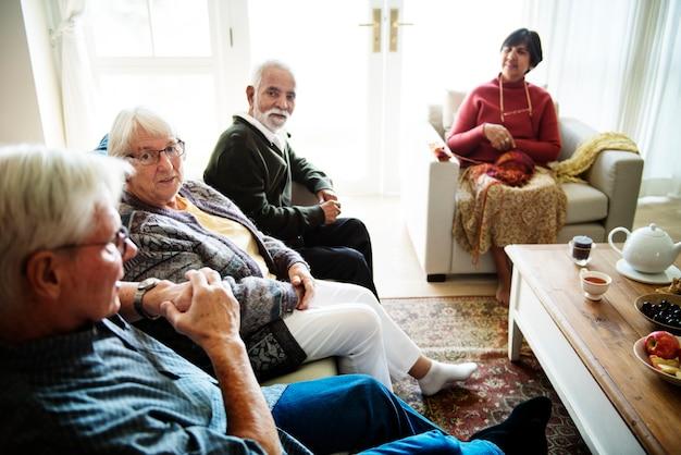 Hogere mensen die samen in een woonkamer zitten