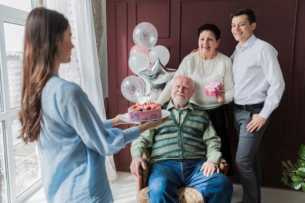 Hogere mensen die verjaardag vieren