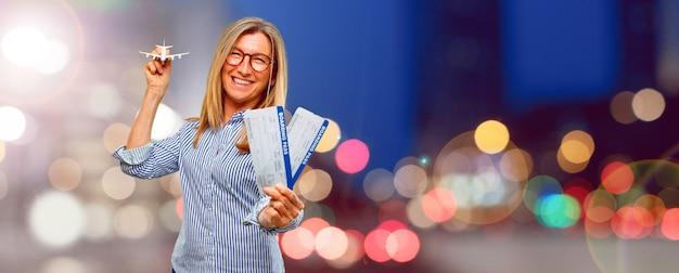 Hogere mooie vrouw met instapkaartkaartjes