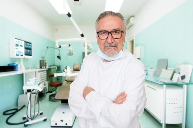 Hogere tandarts die zich bij haar kliniek bevindt