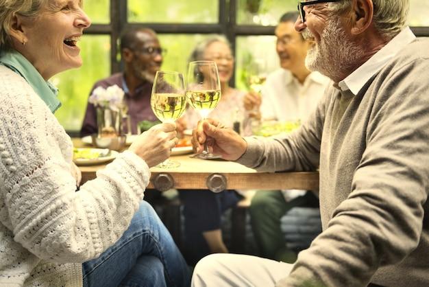 Hogere vrienden die pret hebben bij een diner