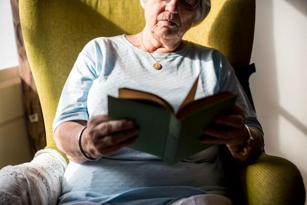 Hogere vrouw die een boek leest