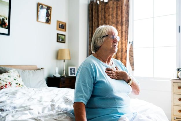 Hogere vrouw die een hartprobleem heeft