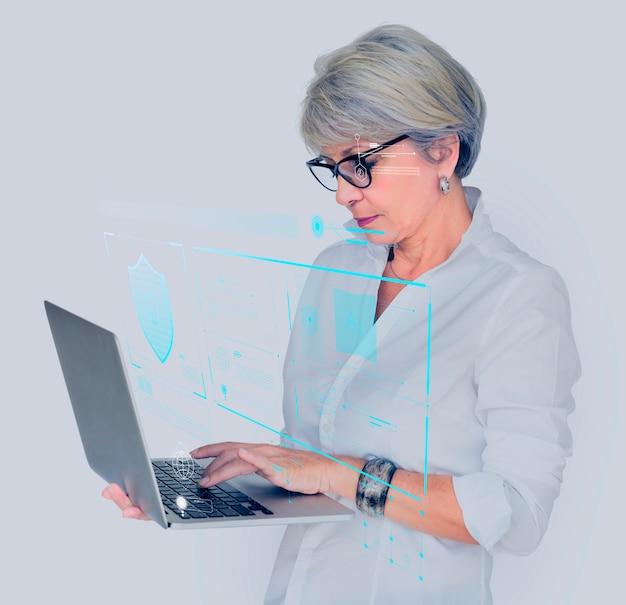 Hogere vrouw die haar tablet opent
