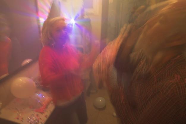 Hogere vrouw die van de verjaardagspartij geniet