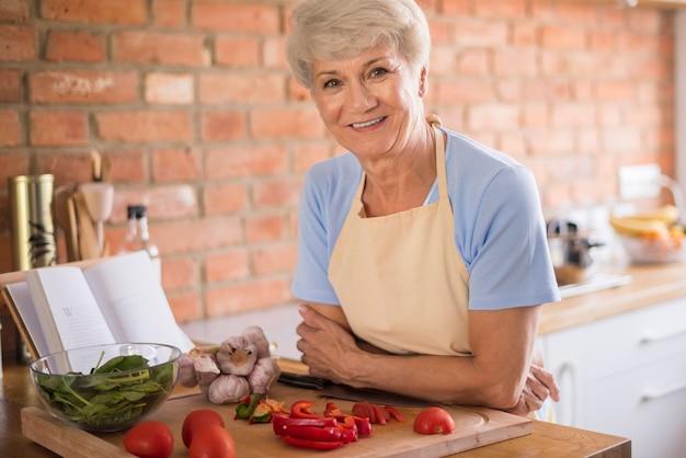 Hogere vrouw in de keuken