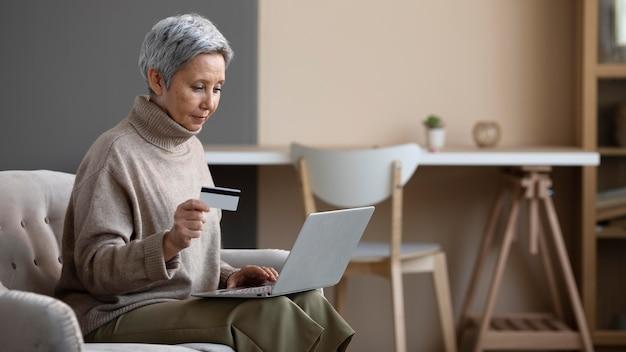 Hogere vrouw klaar om online te winkelen