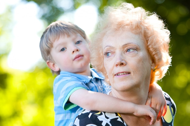 Hogere vrouw met haar kleinzoon in het park