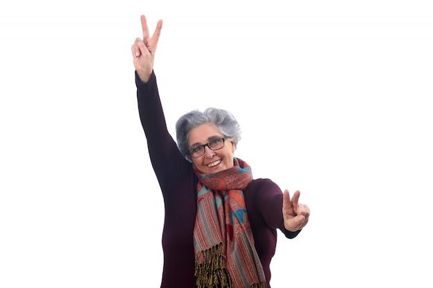 Hogere vrouw met overwinningsteken op wit