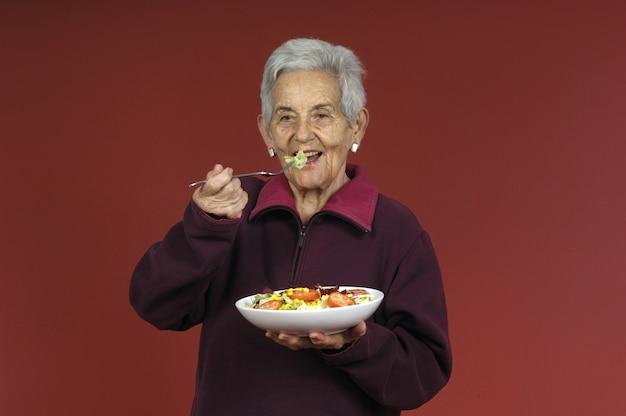 Hogere vrouw met salade
