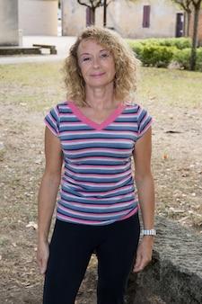 Hogere vrouw na sport in park