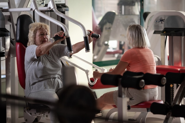 Hogere vrouwen die bij de gymnastiek uitoefenen