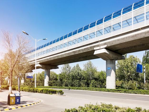 Hogesnelheidstrein light rail doorvoer met geluidsisolatie muur onder blauwe hemel