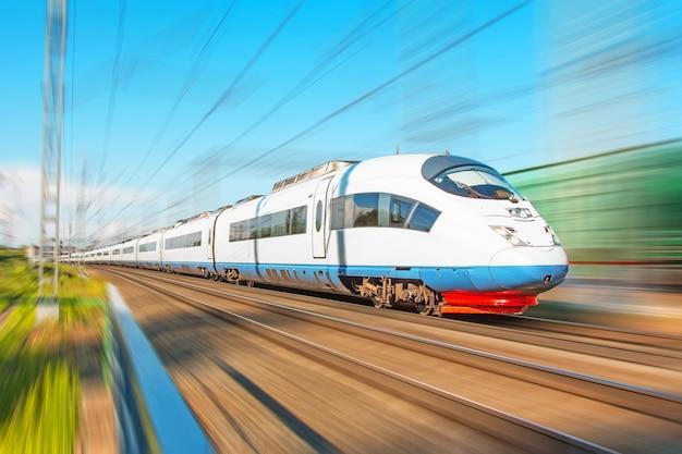 Hogesnelheidstrein rijdt met hoge snelheid op het treinstation in de stad.